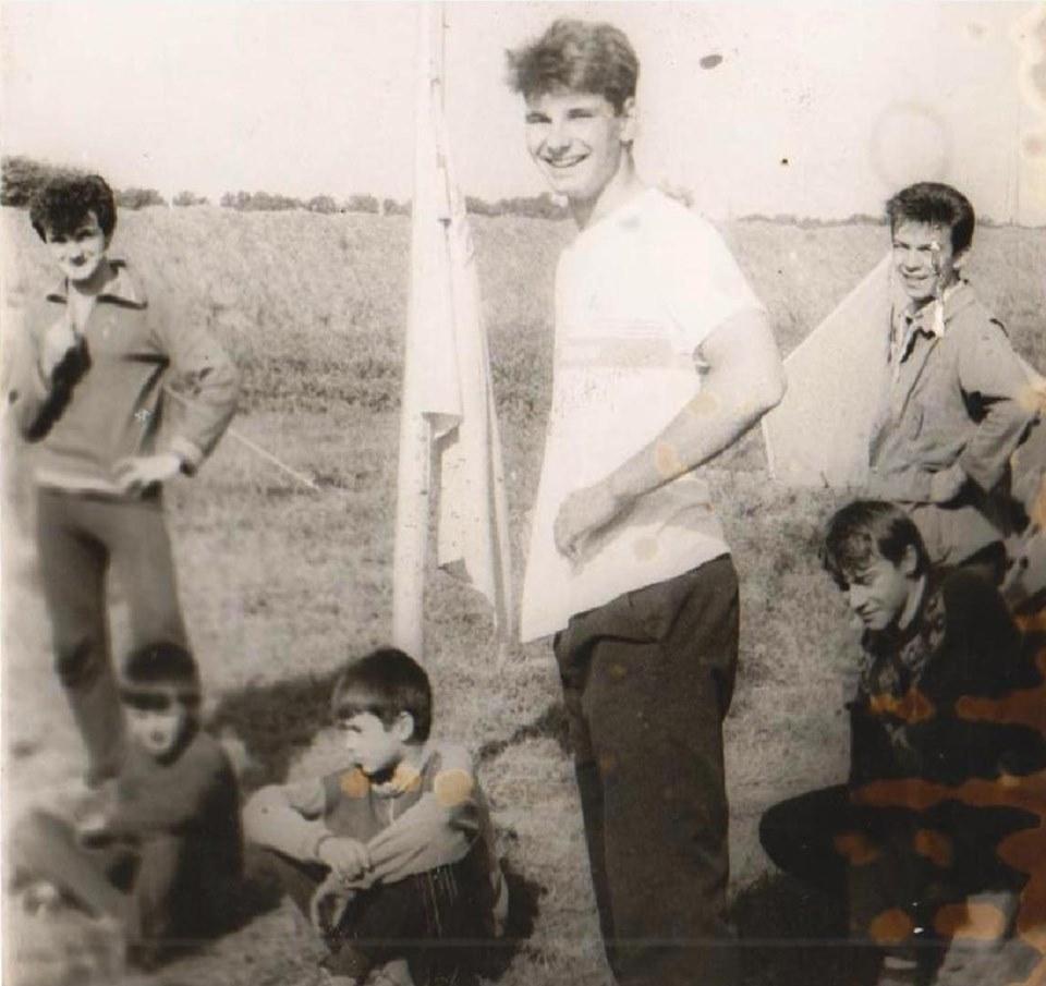Пластуни на поляні, в центрі пластун із США – Микола Кормелюк. Поруч – національний синьо-жовтий прапор