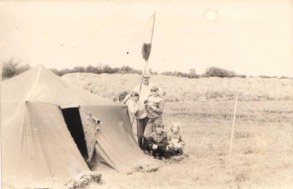 Командант табору Р. Чекальський з юними пластунами