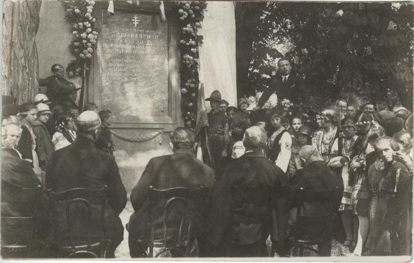 Історія однієї світлини: пластуни біля меморіальної дошки Михайла Лучкая, Ужгород, 1927