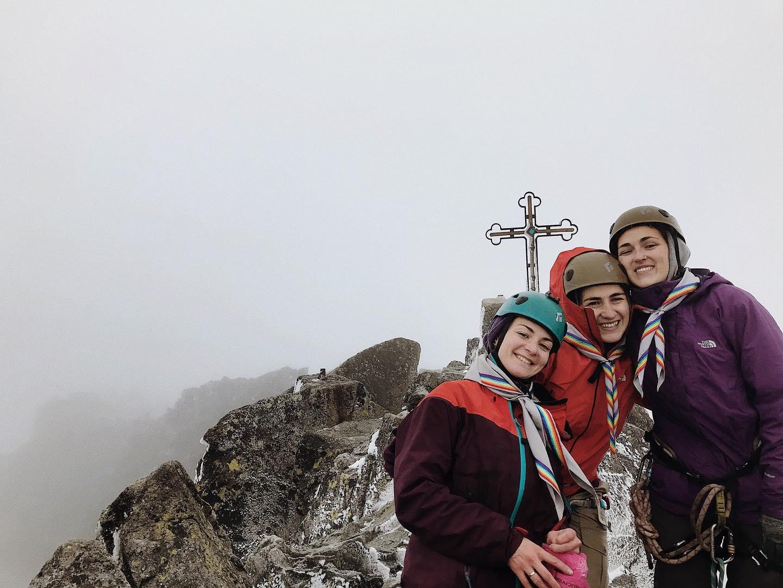 Сестри-засновниці Бунтарок на вершині Герлаховського штита (2654м); зліва: Марічка Задорожна (Павлишак), Галка Стрипа та Юля Стрипа