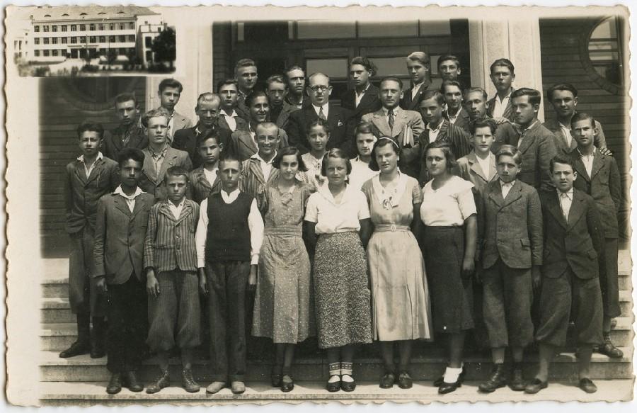 Випуск гімназії в Хусті. Степан Стойка стоїть четвертий зправа у задньому ряді. 1938 рік.
