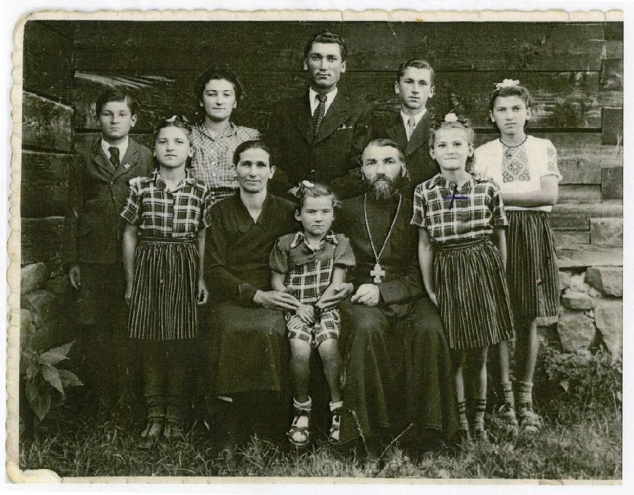 Родина Стойків. В центрі позаду стоїть Степан Стойка, сидить в центрі батько родини о.Михайло Стойка