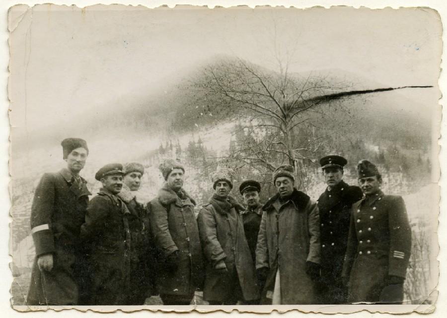 Степан Стойка зліва, капітан Федорчук поруч, радянські офіцери в центрі, угорський офіцер крайній зправа. Яблунецький перевал 1944-45 роки