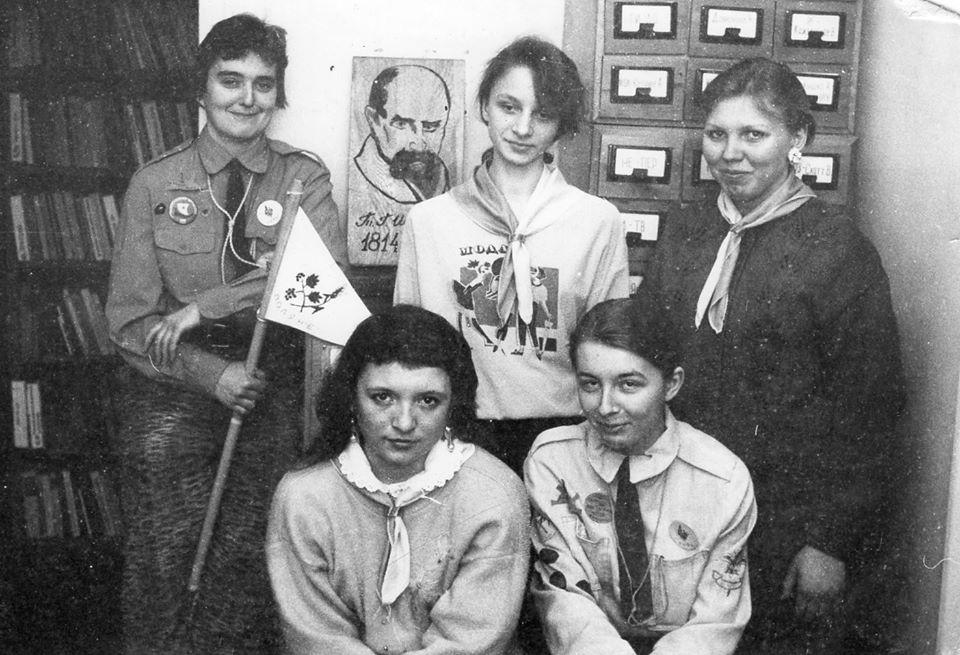 9 березня 1995 року, старобільські пластунки під час святкування Дня народження Кобзаря у міській бібліотеці