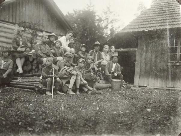 Тернопільські пластуни з др. Н. Гірняком в Нагуєвичах. 1930 р.