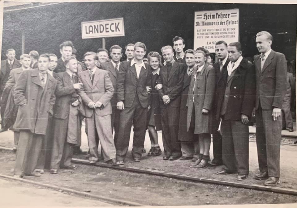Пластово-ґімназійна молодь на залізничній станції Ляндек