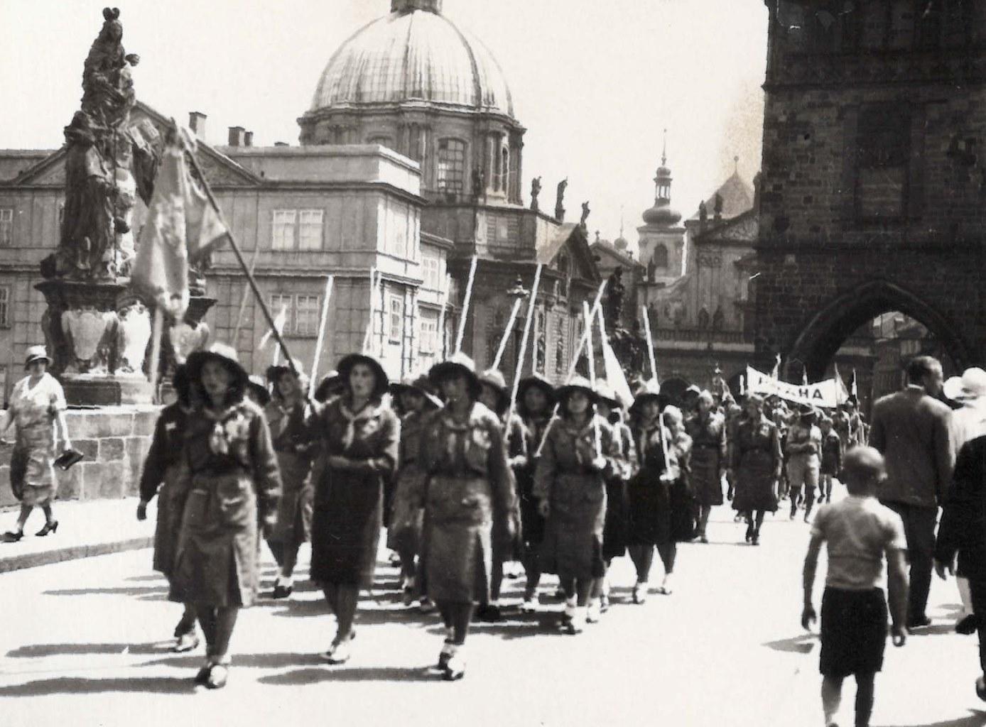 Дівочий курінь української гімназії в Чехії вперше дефілював із ним у 1931 році