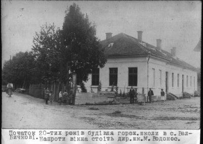 Будівля горожанської школи у Великому Бичкові, початок 1920-их років. Напроти вікна стоїть директор школи Микола Водонос