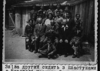Зліва другий сидить Корнило Заклинський з пластунами в Берегові
